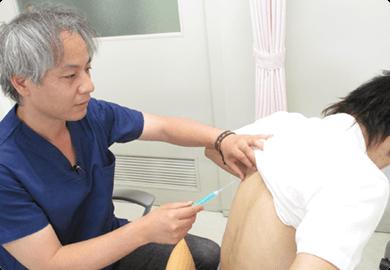 テーラーメイドペプチドワクチン(癌ワクチン)を打つ寺埼先生と患者の写真