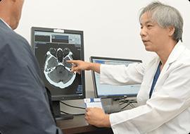 検査結果診断、および治療計画、投薬の説明をする寺埼先生
