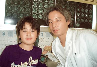 小児脳神経外科 寺埼先生と子供の写真