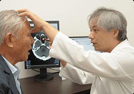 診察をする寺埼先生と患者
