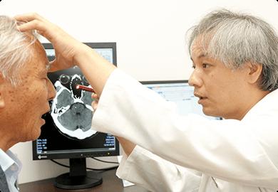 診察をする寺埼先生と患者の写真