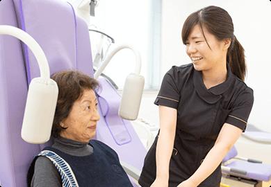看護師とリハビリを受ける患者